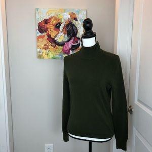 Q011 Banana Rep. Olive green sweater sm